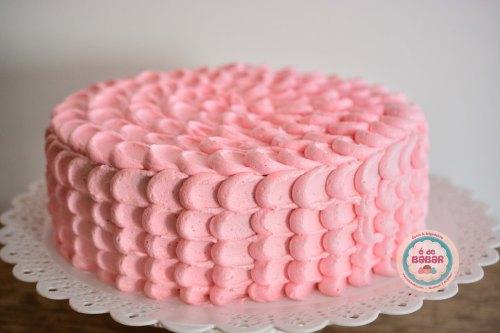 Bolo de chocolate e brigadeiro coberto com pétalas rosas de buttercream!